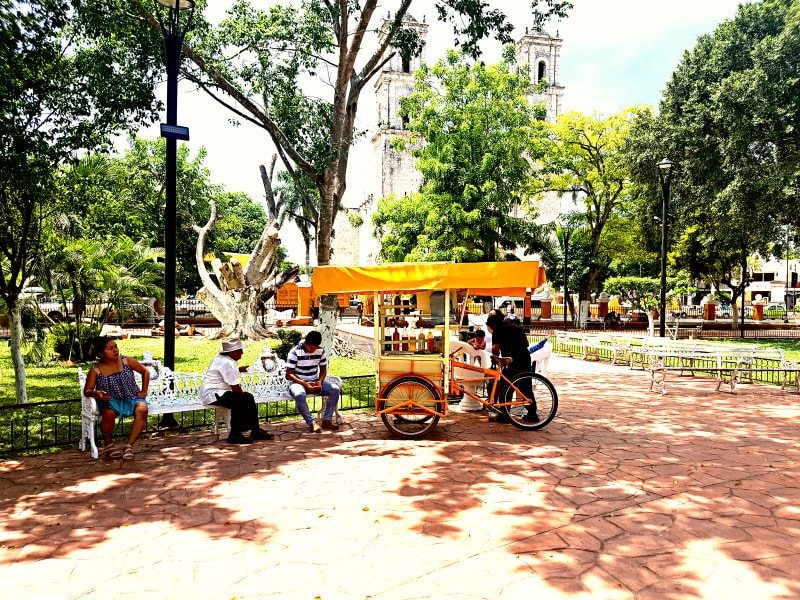 Valladolid center with food truck